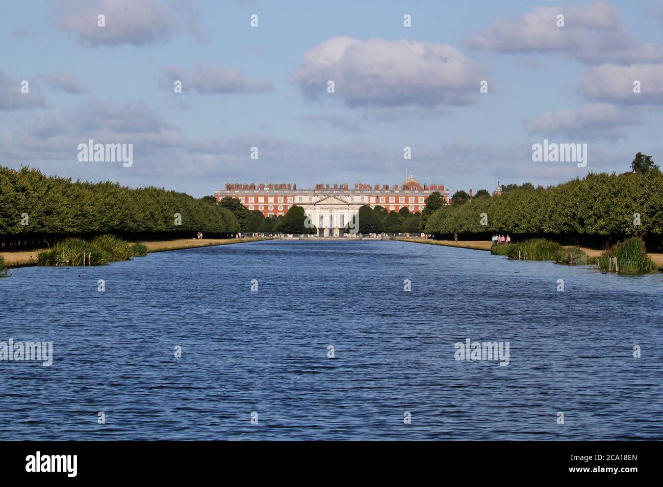 Hampton Court Palace (East Front) von Long Water, Home Park, Hampton Court, East Molesey, Surrey, England, Großbritannien, Großbritannien, Großbritannien, Großbritannien, Europa Stockfoto