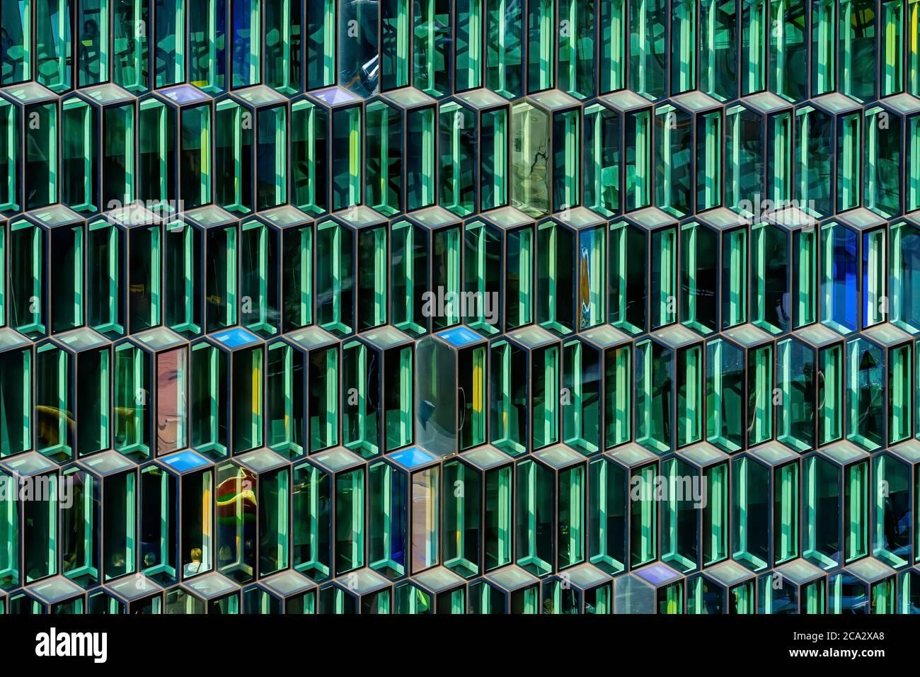 Modern Glass Abstrakt Hintergrund Konzerthalle Reykjavik Island. 2011 aus Modernen, Geometrisch Geformten Glasplatten konstruiert. Stockfoto