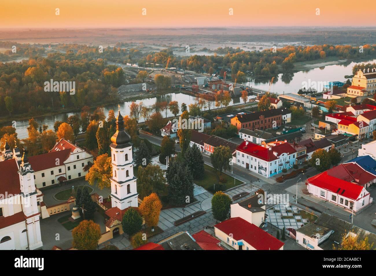 Pinsk, Region Brest, Belarus. Pinsk Stadtbild Skyline im Herbst Morgen. Vogelperspektive von Dom von Namen der Seligen Jungfrau Maria und Kloster Stockfoto