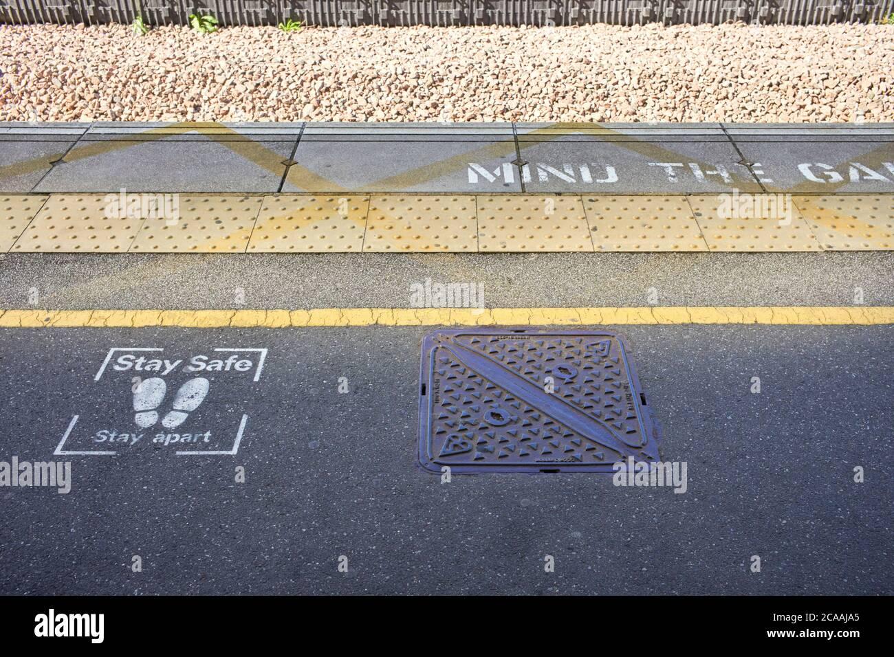 Bleiben Sie sicher, bleiben Sie auseinander gespritzt auf Nachrichten an Milton Keynes, Bahnhof Stockfoto