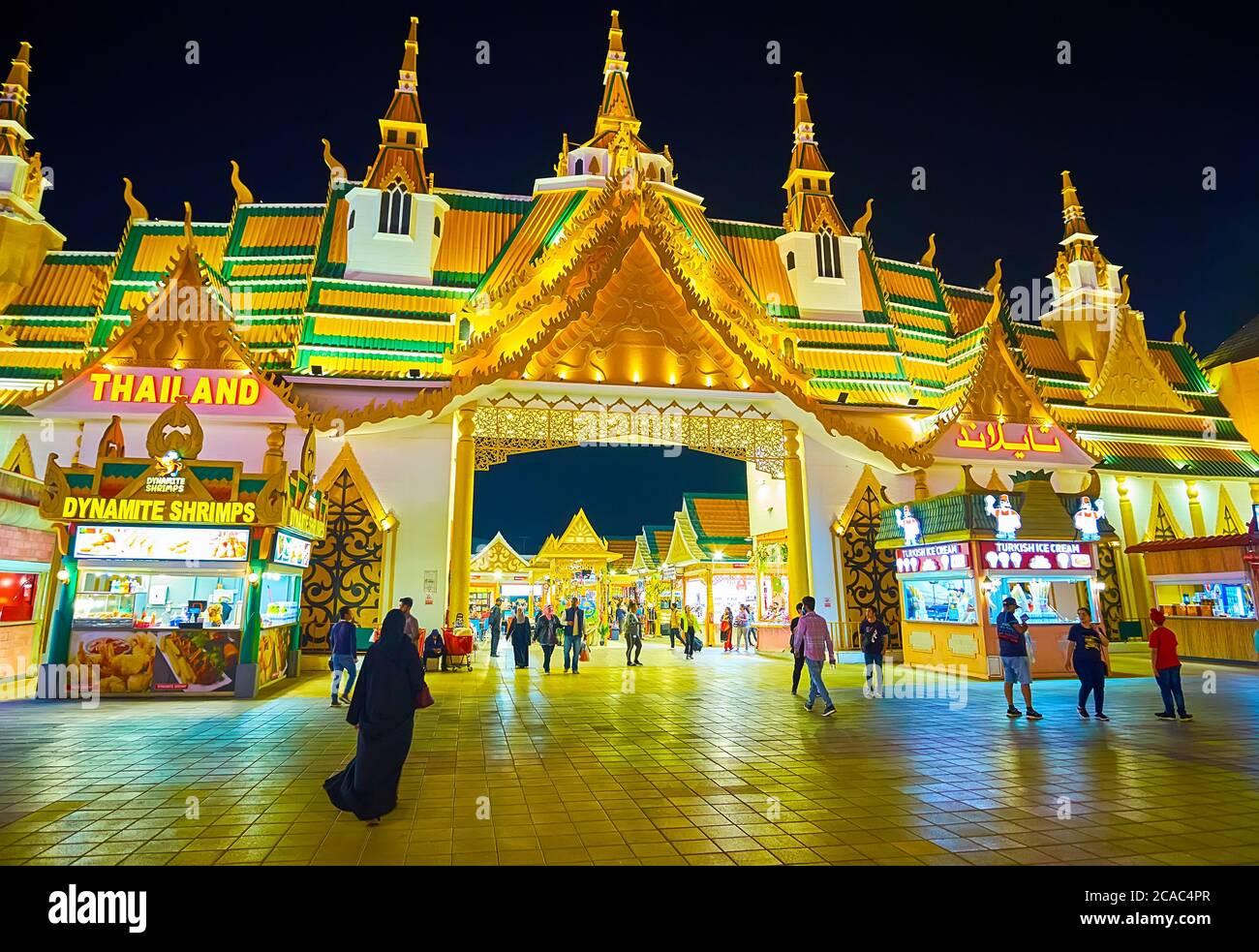 DUBAI, VAE - 5. MÄRZ 2020: Die Fassade von Thailand Pavillons des Global Village Dubai mit traditionellen Pyathat (mehrmüden) Dach, gekrönt mit Chedi Schlepptau Stockfoto