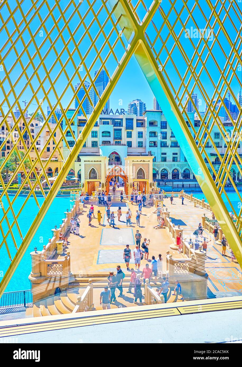 DUBAI, VAE - 3. MÄRZ 2020: Der Blick vom Balkon aus durch die Metallfassaden der Dubai Mall auf den beeindruckenden Al Bahar Souq und die Brücke in Ar Stockfoto
