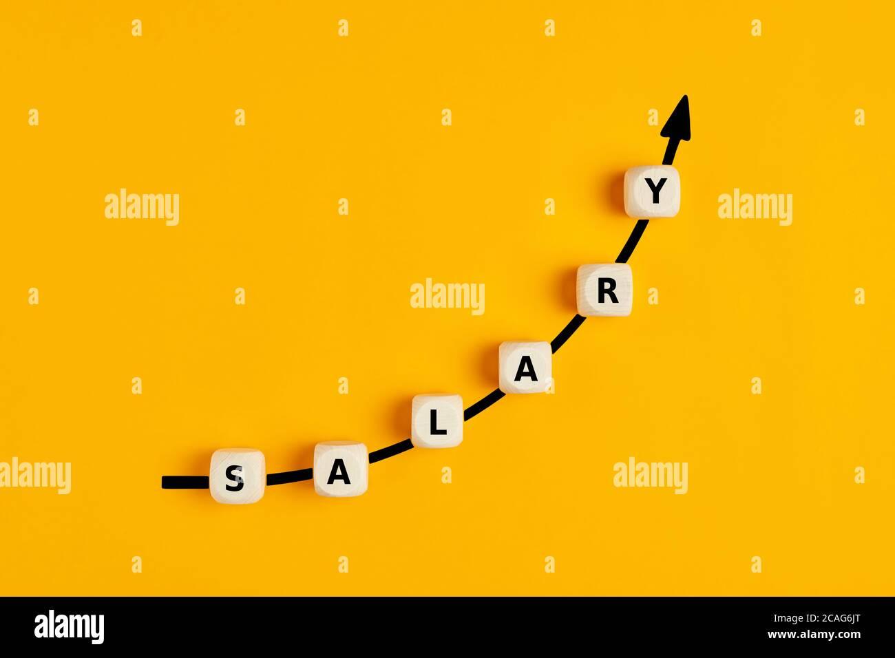 Gehaltserhöhung oder Lohnerhöhung Konzept mit dem Wort Gehalt Geschrieben auf Holzblöcken mit aufsteigender Pfeilgrafik Stockfoto