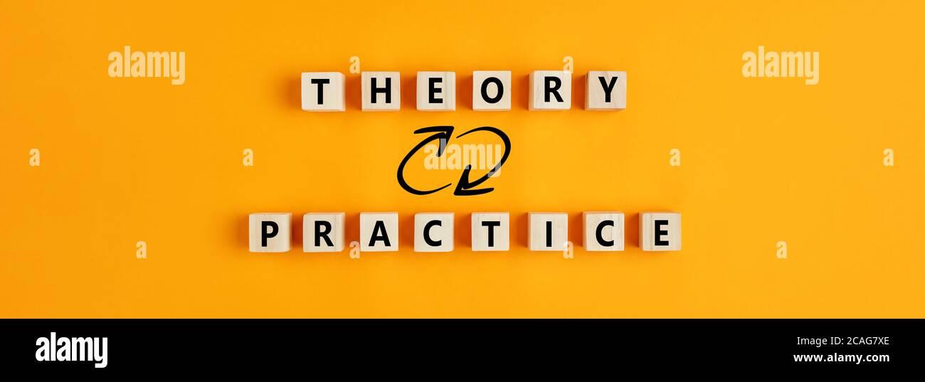 Konzept der Theorie und Praxis Beziehung oder Verbindung. Holzblöcke mit den Worten Theorie und Praxis auf gelbem Hintergrund. Stockfoto