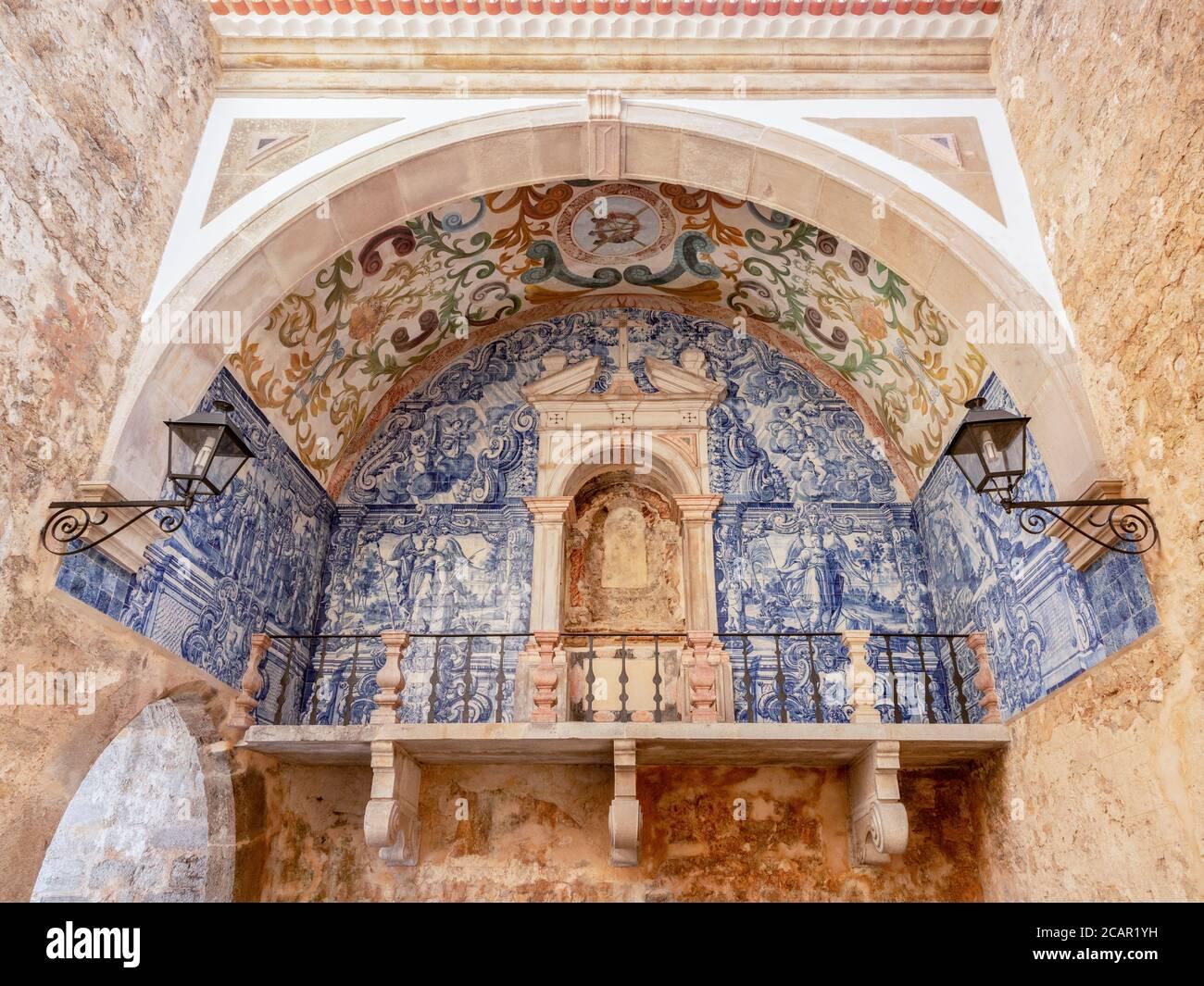 Azulejo Fliesendekoration im Gewölbe des Haupttores in der ummauerten Stadt Obidos, Portugal. Stockfoto