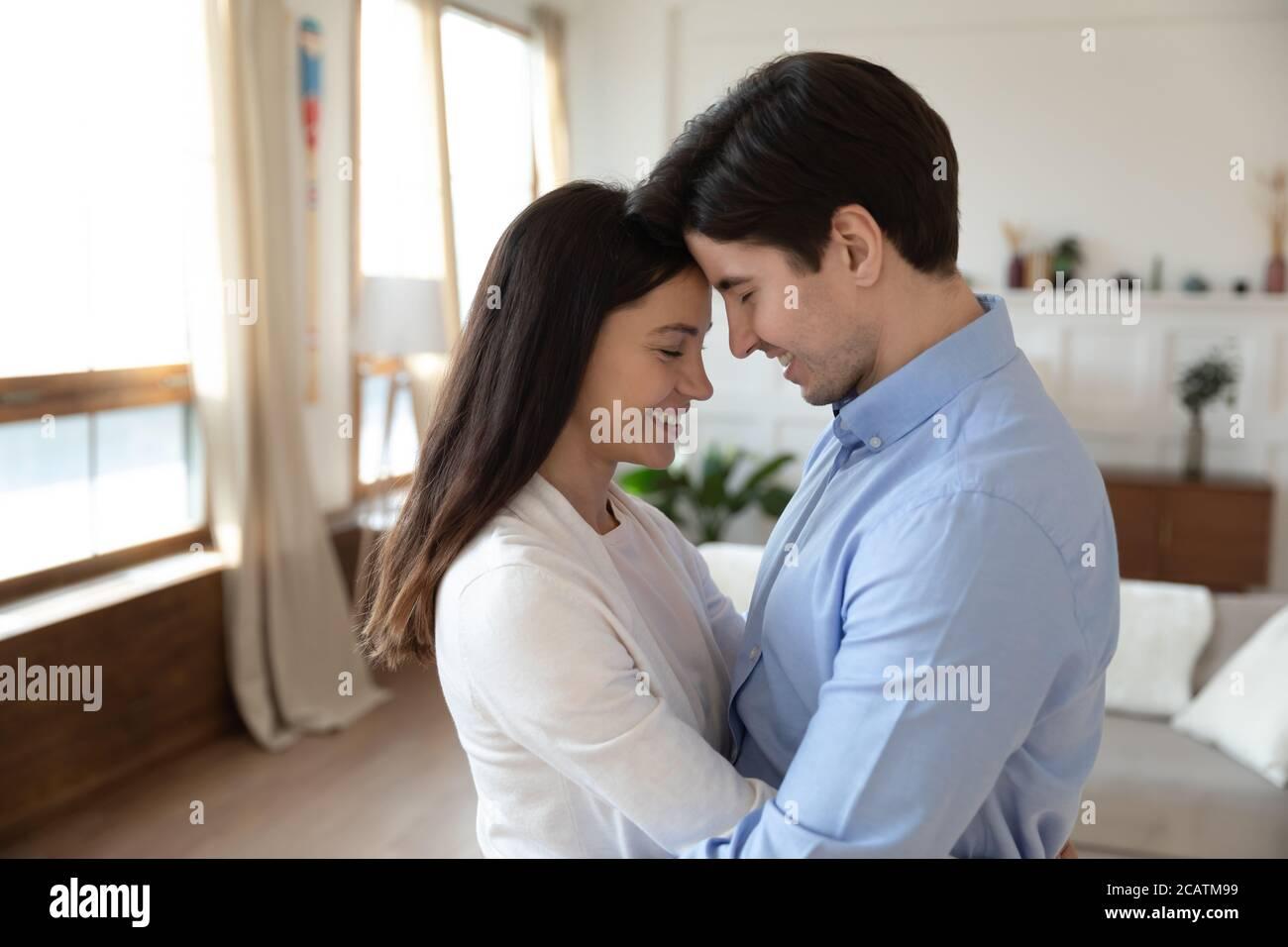 Glücklich emotional kaukasischen Familie Paar genießen süß zärtlichen Moment. Stockfoto