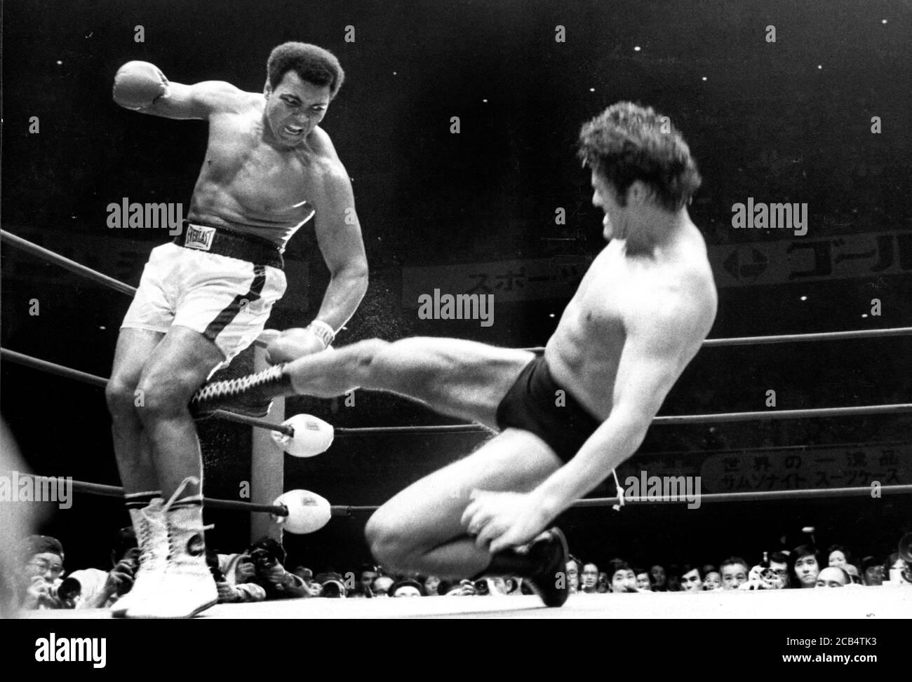 26. Juni 1976 - Tokio, Japan - der japanische Profi-Wrestler ANTONIO INOKI tritt den amerikanischen Boxer MUHAMMAD ALI während ihres im Nippon Budokan ausgetrampten Boxes. Ali war der amtierende WBC/WBA Schwergewichtsmeister und Inoki inszenierte Ausstellungskämpfe gegen Champions verschiedener Kampfkünste, um zu zeigen, dass Pro-Wrestling die dominierende Kampfdisziplin war. Der Kampf selbst, der unter besonderen Regeln ausgetragen wurde, gilt als Vorläufer der modernen Mixed Martial Arts das Ergebnis des Kampfes wurde lange von der Presse und den Fans diskutiert. Der Kampf wurde von G. LeBell referiert. (Bild: © Stockfoto