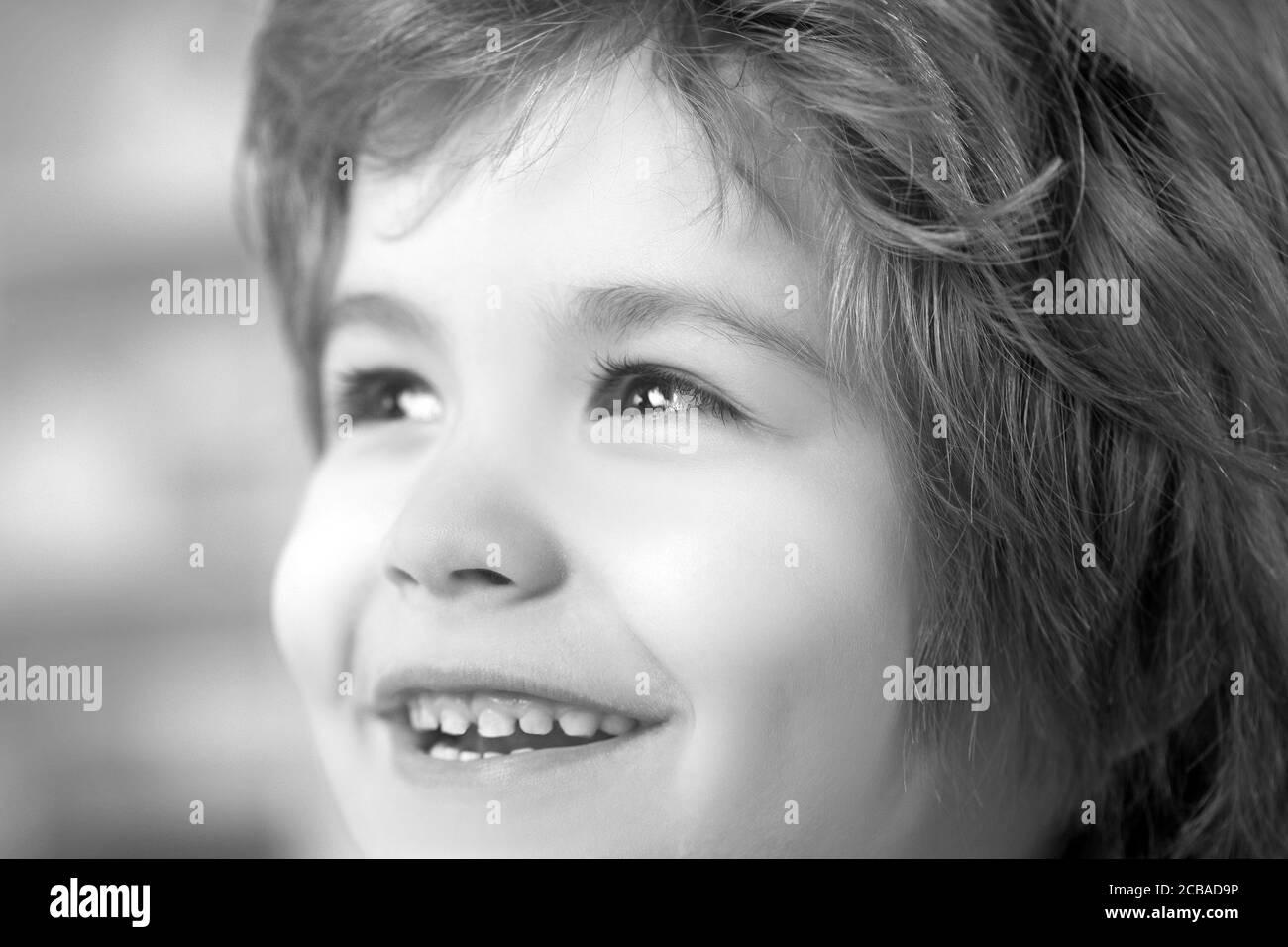 Porträt des Kindes überrascht und neugierig Gesicht. Stockfoto