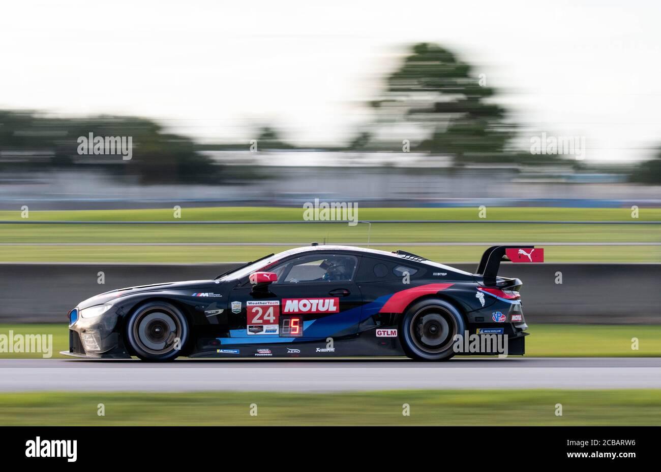 Die #24 BMW M8 in Richtung der berühmten Kurve 7 beim Cadillac Grand Prix auf Sebring International Raceway. Stockfoto