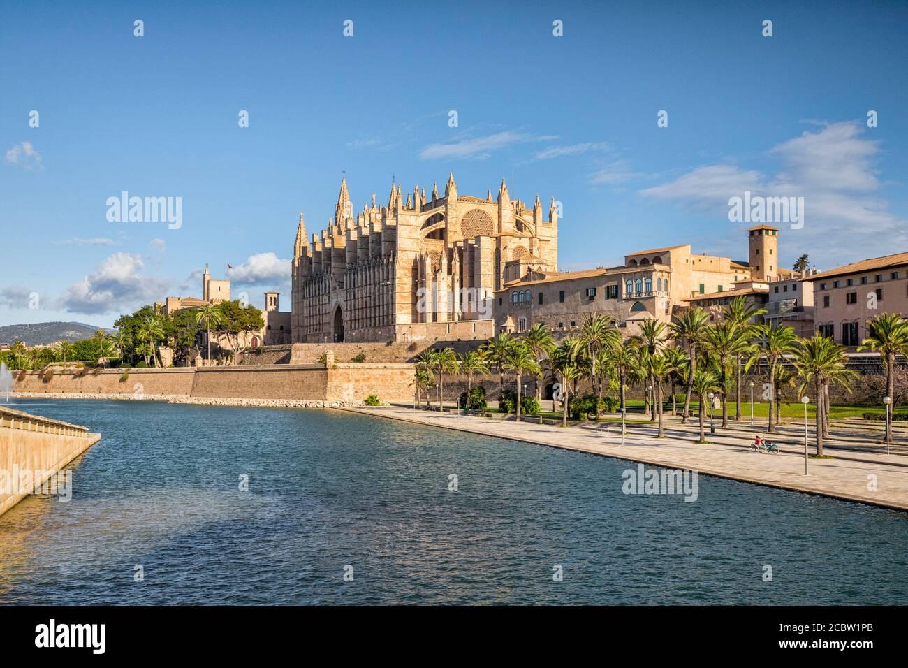 6. März 2020: Palma, Mallorca, Spanien - Parc de la Mar und Kathedrale von Mallorca. Stockfoto