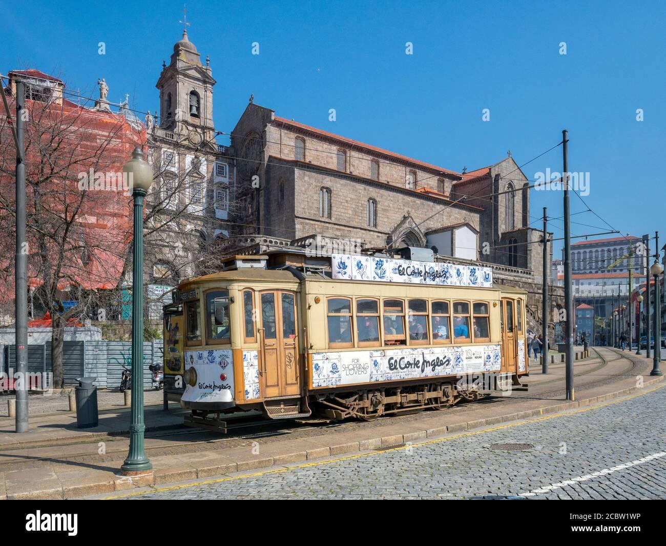 10. März 2020: Porto, Portugal - Vintage-Straßenbahn an der Endstation Infante, vor der Kirche des heiligen Franziskus in Porto. Stockfoto