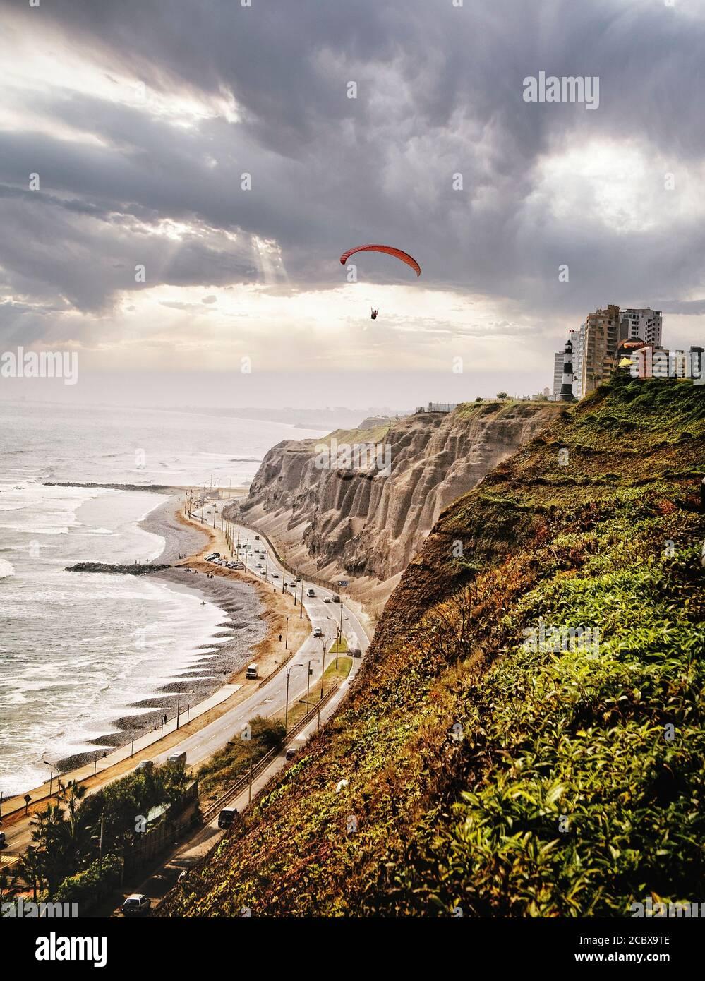 Drachenfliegen die aufziehenden Klippen entlang der Küste von Lima, Peru. Stockfoto