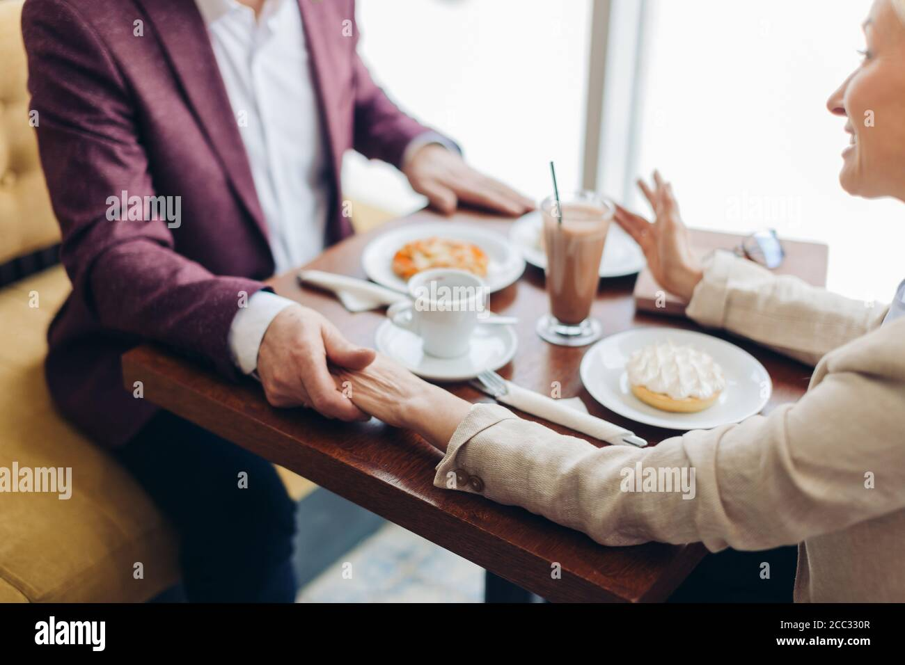 Reifes Paar genießen das Datum. Close up beschnitten photo.woman geben Beratung zu einem Mann Stockfoto