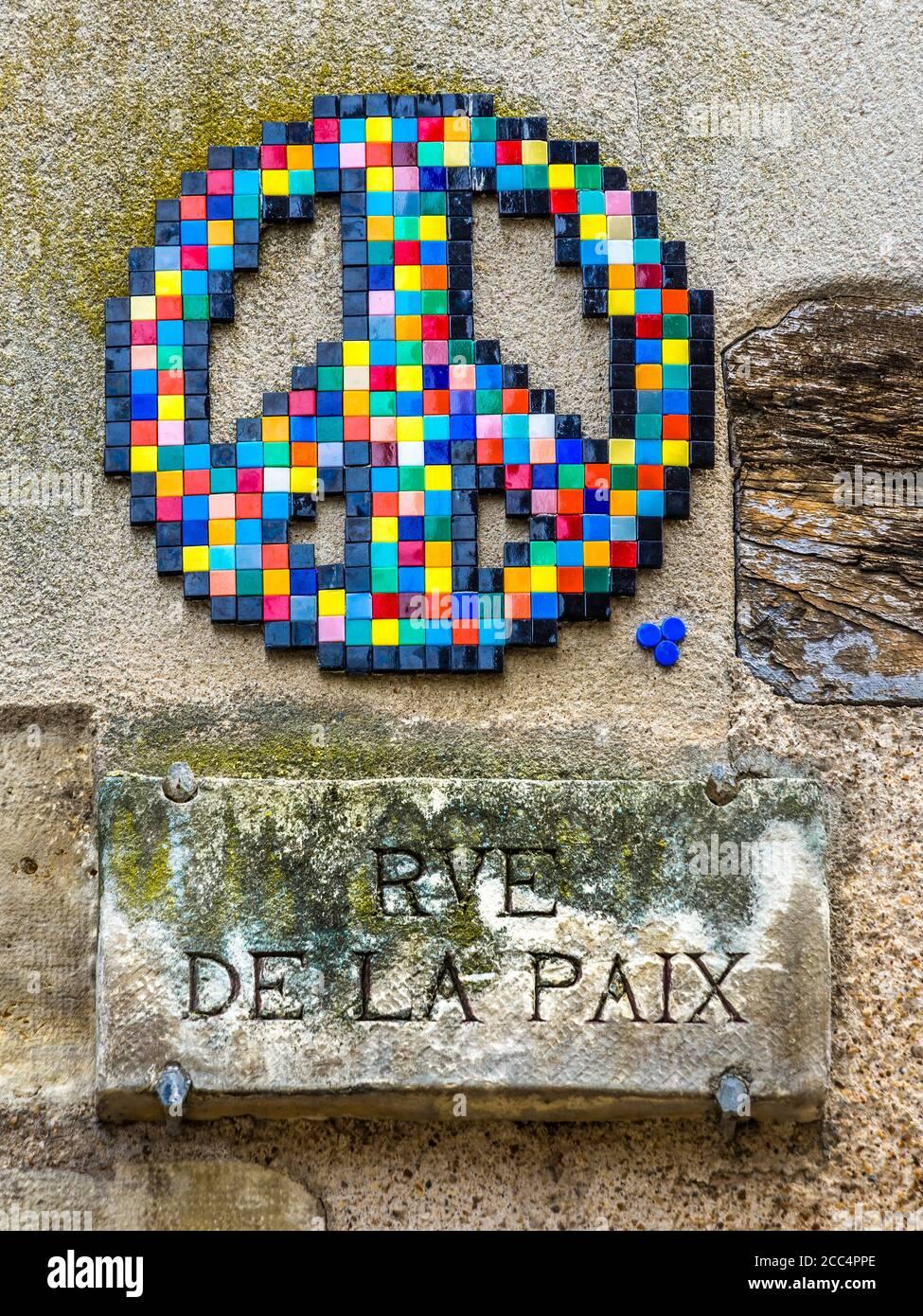 """Keramikmosaik """"Frieden"""" Symbol von Street Artist """"Invader"""" in der Rue de la Paix (Peace Street / Road), Tours, Indre-et-Loire, Frankreich. Stockfoto"""
