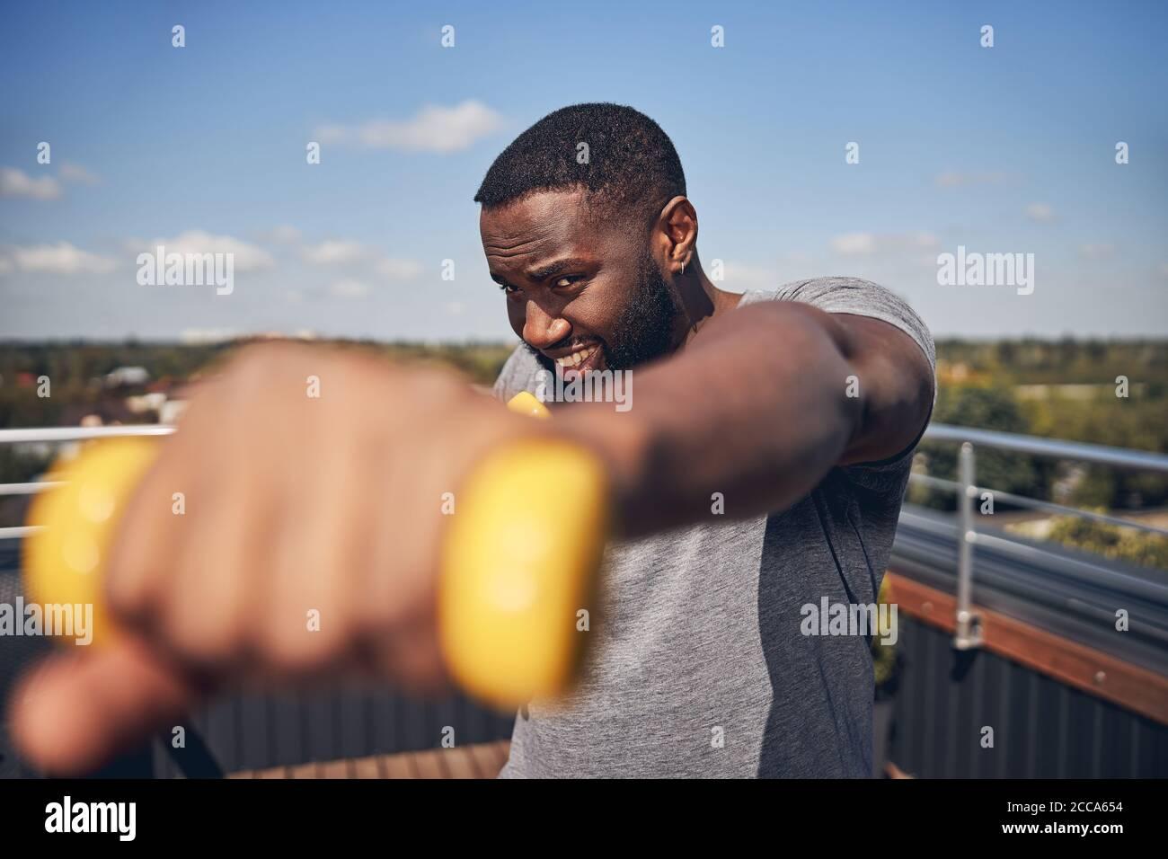 Nahaufnahme eines ernsthaften Mannes, der Sport macht Stockfoto