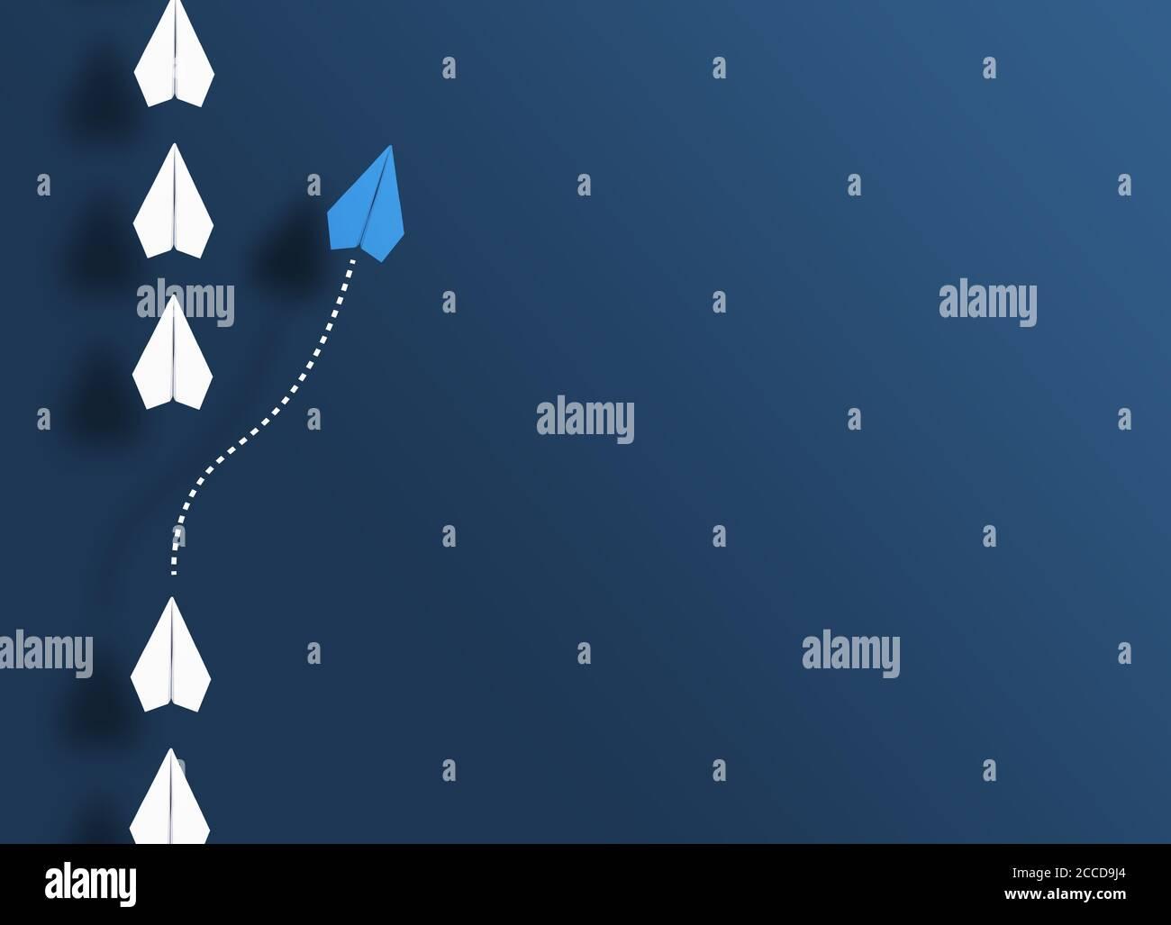 Papierflieger in einer Reihe auf blauem Hintergrund und ein Papiergleiter, der in eine andere Richtung geht, neue Wege begeht und aus dem Linienkonzept herauskommt Stockfoto