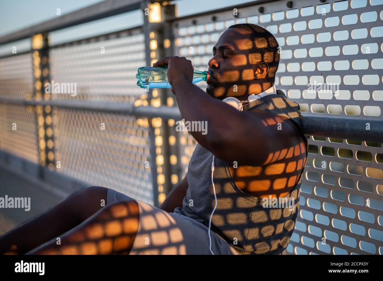 Der junge afroamerikanische Mann trainiert auf der Brücke in der Stadt. Stockfoto