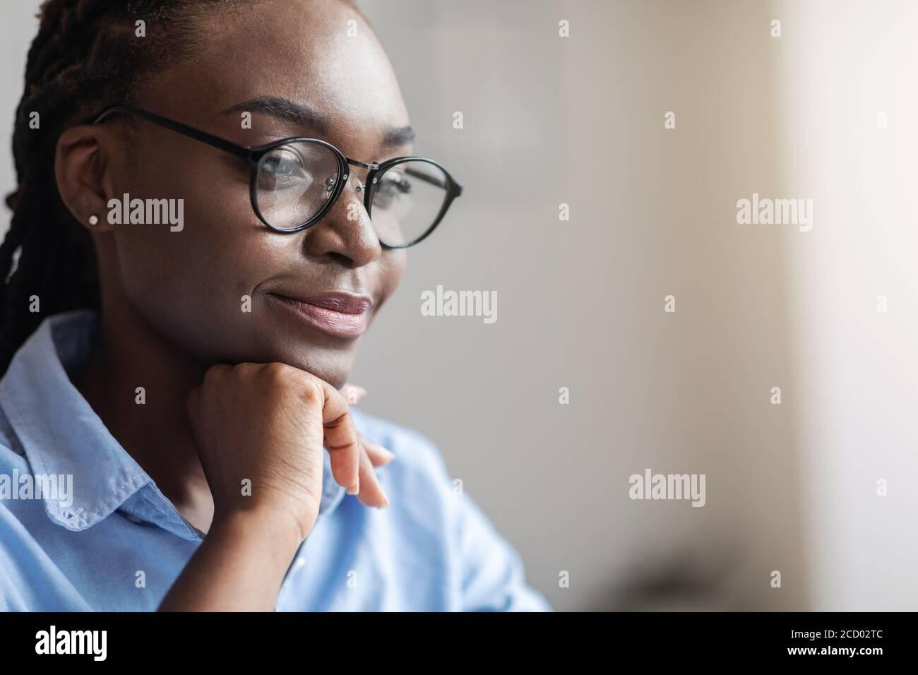Nahaufnahme Porträt der nachdenklichen schwarzen Unternehmerin in Brillen suchen Beiseite Stockfoto
