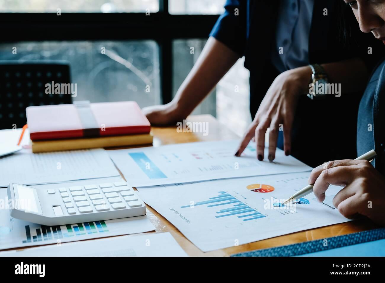 Nahaufnahme Treffen von Geschäftsleuten, um die Situation auf dem Markt zu diskutieren. Business Financial Concept Stockfoto