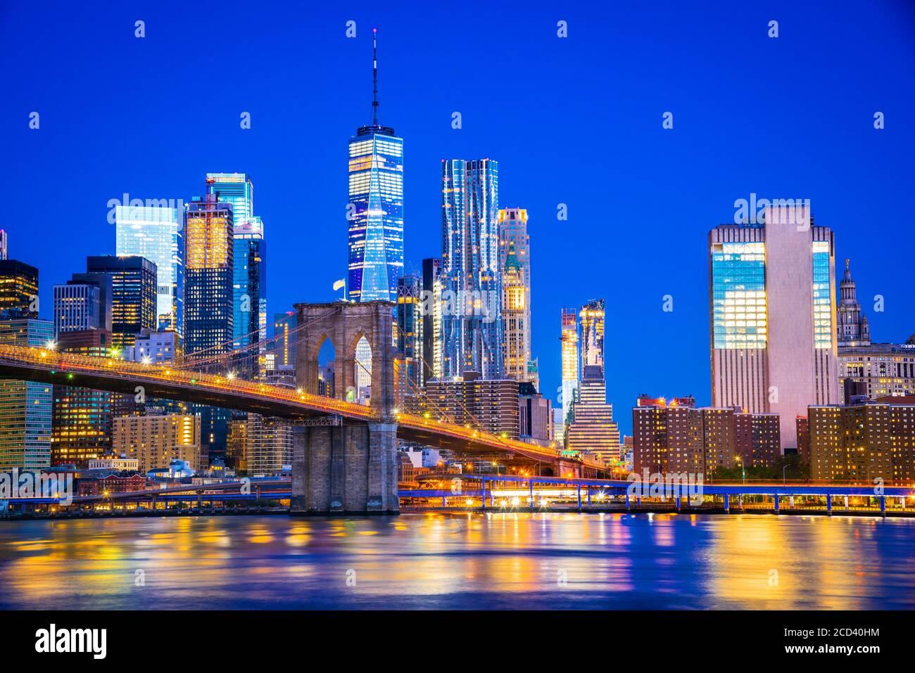 New York, Vereinigte Staaten von Amerika - Panoramablick auf Lower Manhattan, Brooklyn Bridge und Freedem Tower. Stockfoto