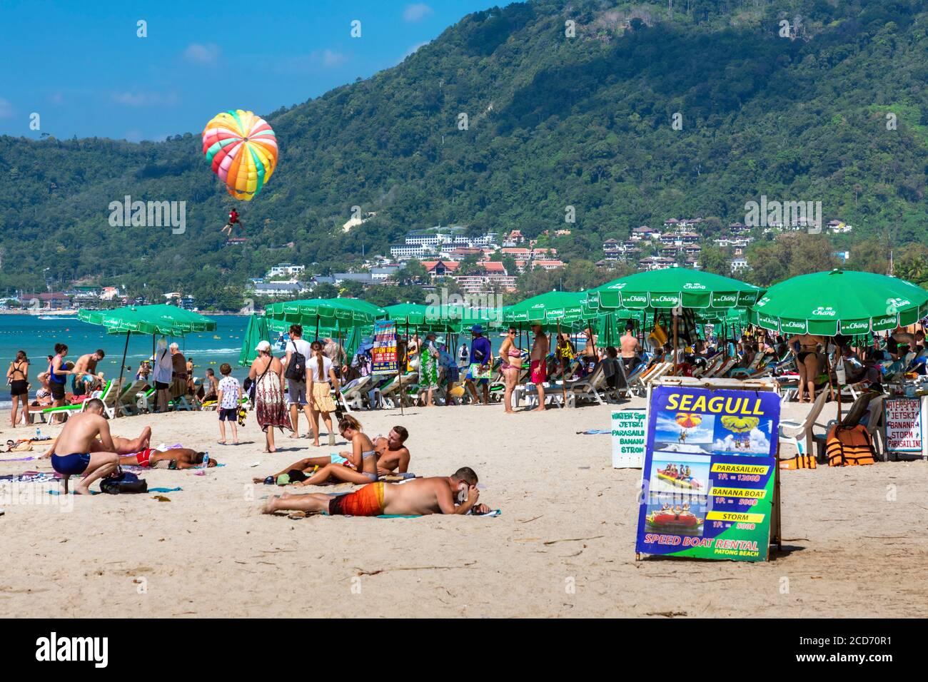 Überfüllter Strand in Patong, Phuket, Thailand Stockfoto