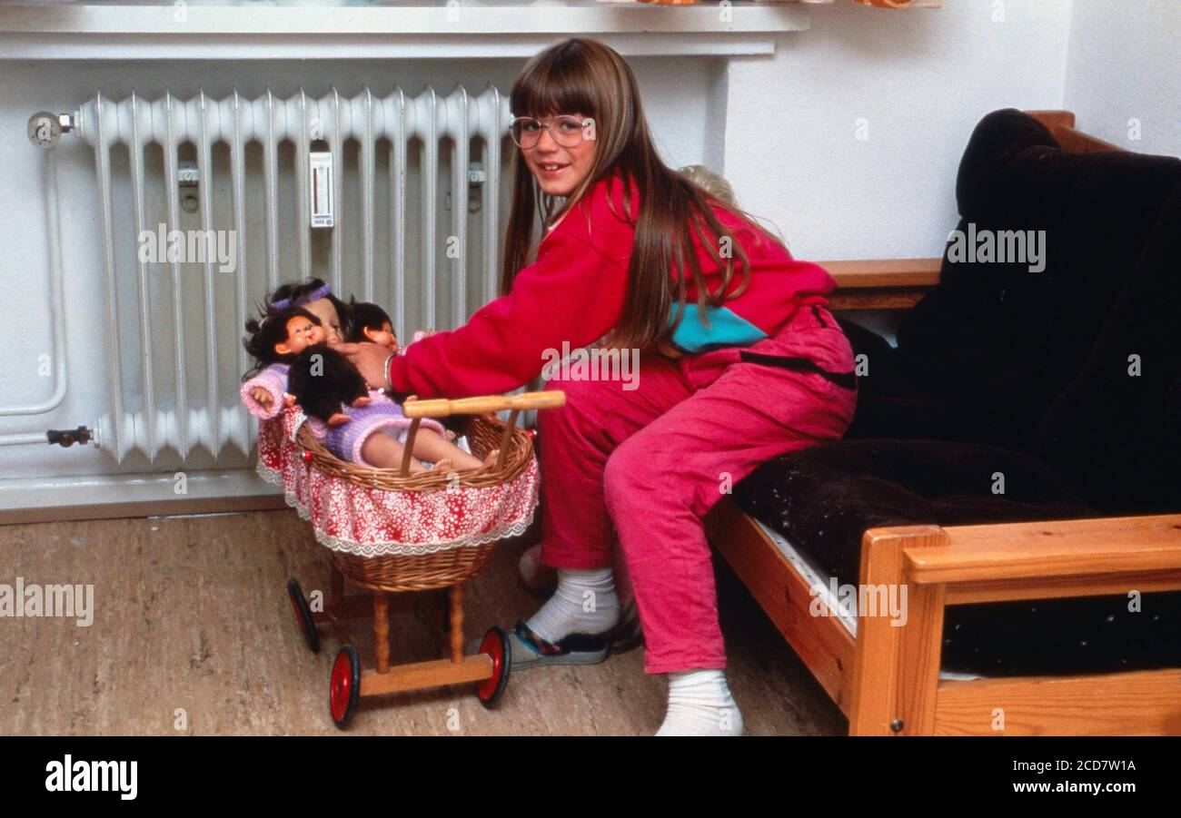 Bildbericht: Linn Westedt spielt mit ihren Puppen in ihrem Kinderzimmer Stockfoto