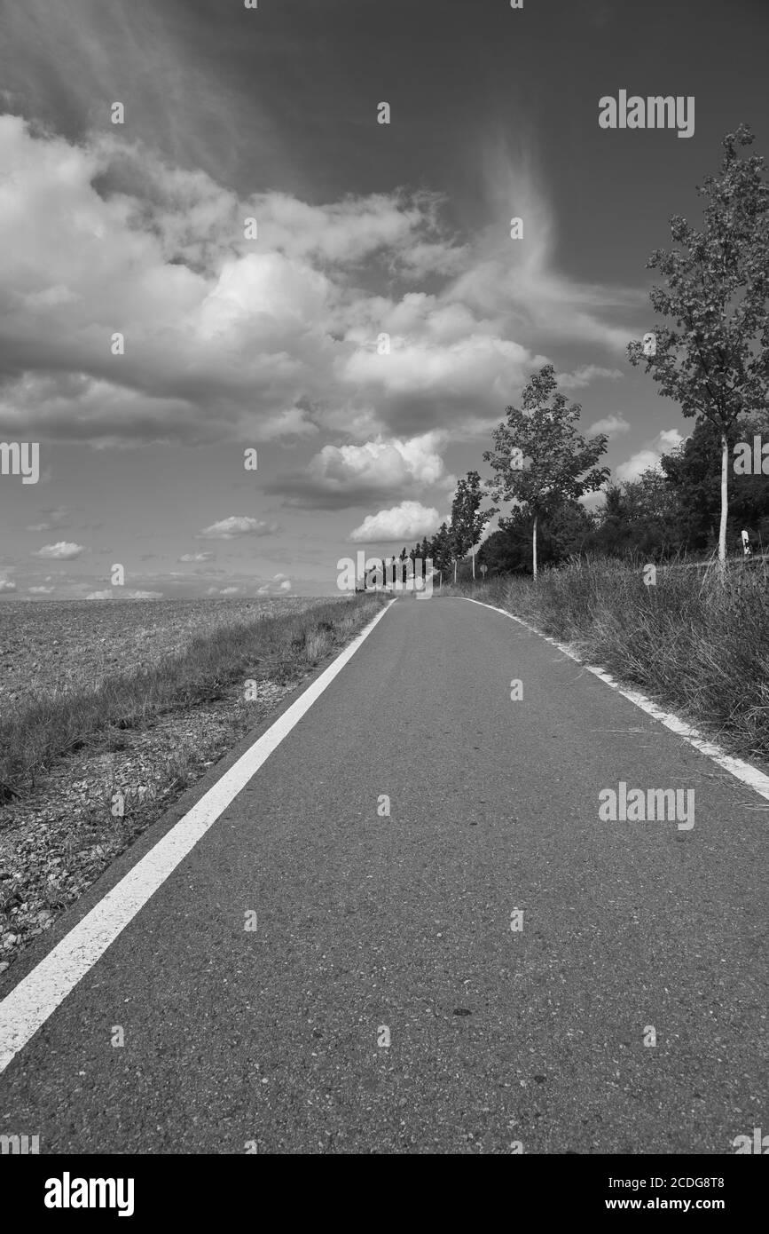 Eine Straße, die zu den Wolken führt Stockfoto