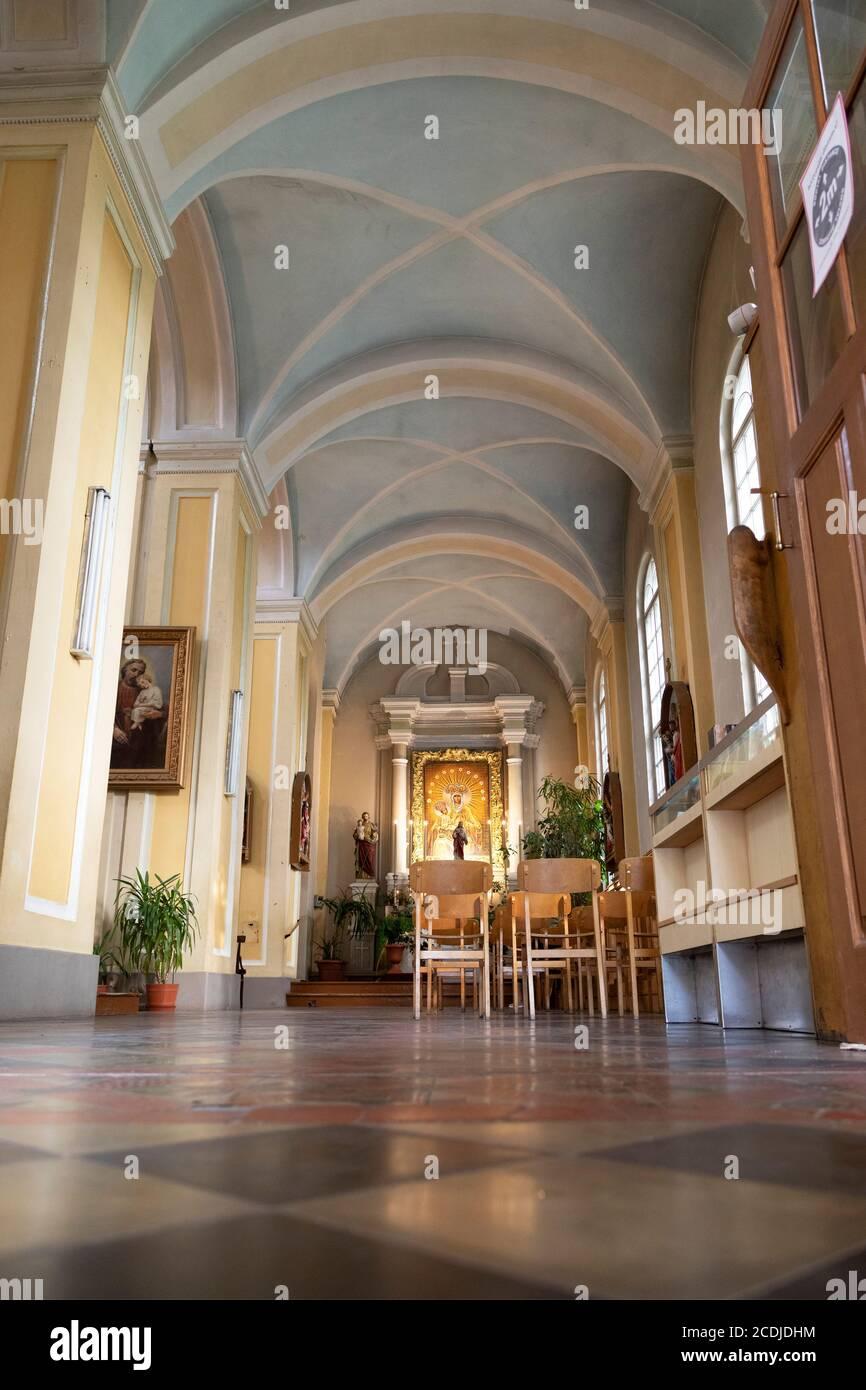 Kapelle und Jesus-Statue in der St. Peter-Kirche in Daugavpils, Lettland. Die römisch-katholische Kultstätte befindet sich im Zentrum von Lettlands zweiter Stadt. Stockfoto