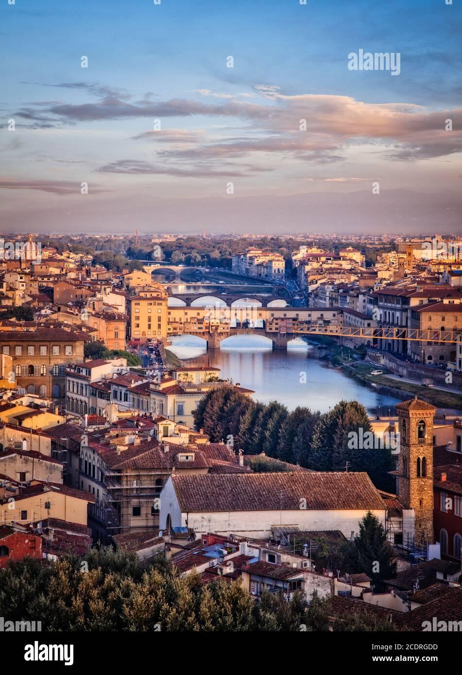 Die historische Skyline von Florenz und der Fluss Arno in der Toskana, Italien. Stockfoto