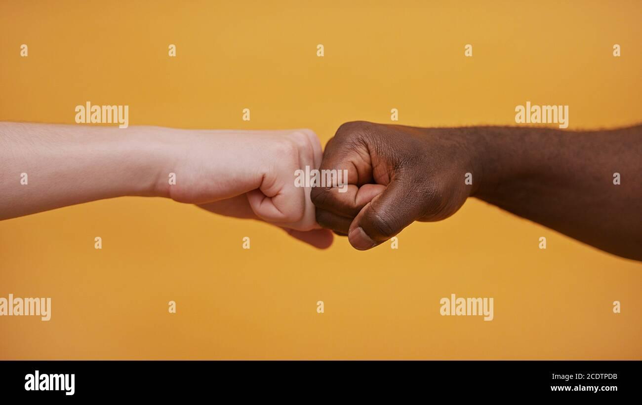 Fist to Fist - Schwarz-Weiß-Hände - Partnerschaft und Solidarität Konzept. Hochwertige Fotos Stockfoto
