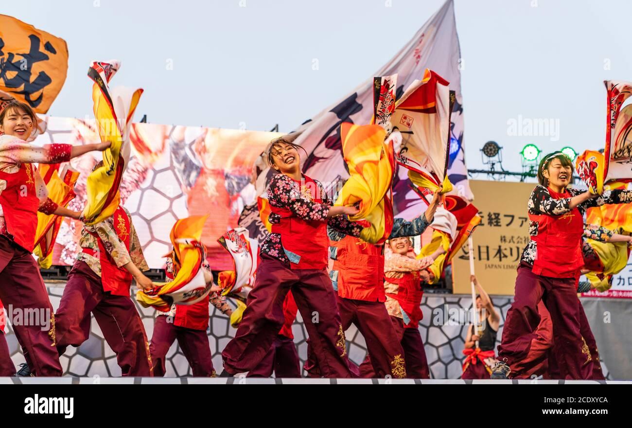 Japanisches Team von yosakoi Tänzerinnen auf der Bühne wirbelnd ...