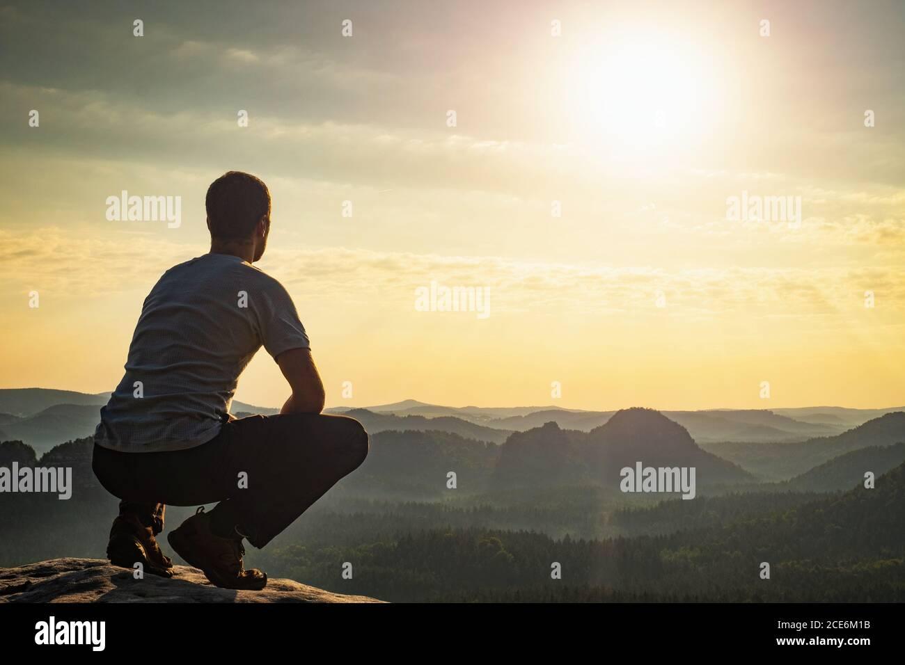 Mit Versöhnung zuversichtlich Mann sitzt am Rand Stockfoto