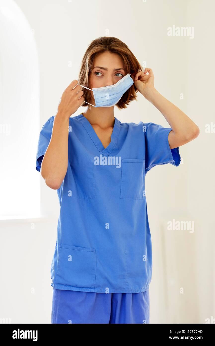 Porträt einer Krankenschwester, die PSA trägt Stockfoto