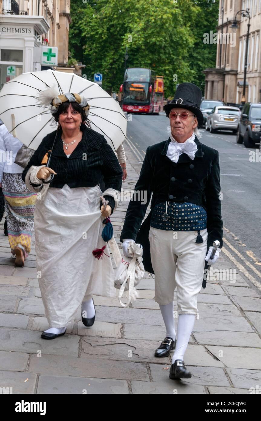 Ein Paar in historischen Kleidern zu Jane Austens Zeit, das an der Jane Austen Woche in der römischen Stadt Bath in Großbritannien teilnahm. Jane Austin ist eine englische n Stockfoto