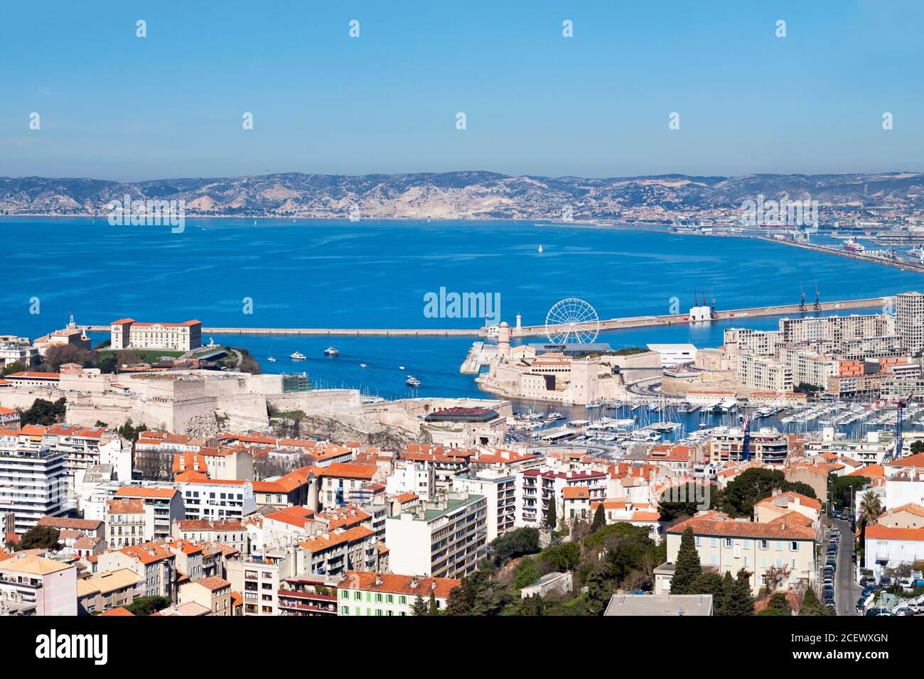 Luftaufnahme des Vieux Port von Marseille mit dem Fort Saint-Jean, dem Palais Pharo und dem Fort Saint-Nicolas. Stockfoto