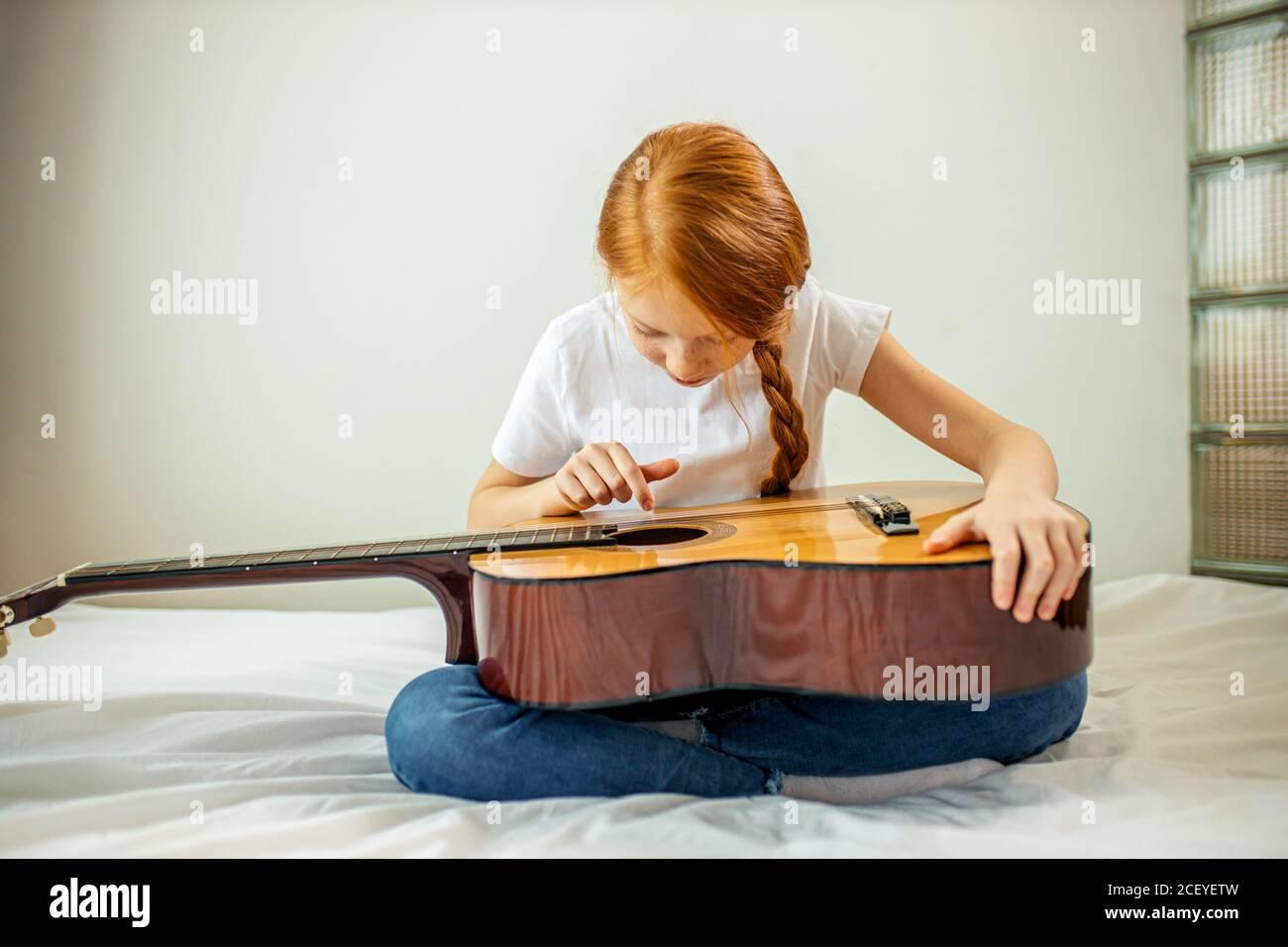 Nette liebenswert Kind blogger Gitarre spielen, sprechen bei der Kamera, wie sie gelernt, spielen akustische Gitarre, sie ist Autodidakt Stockfoto