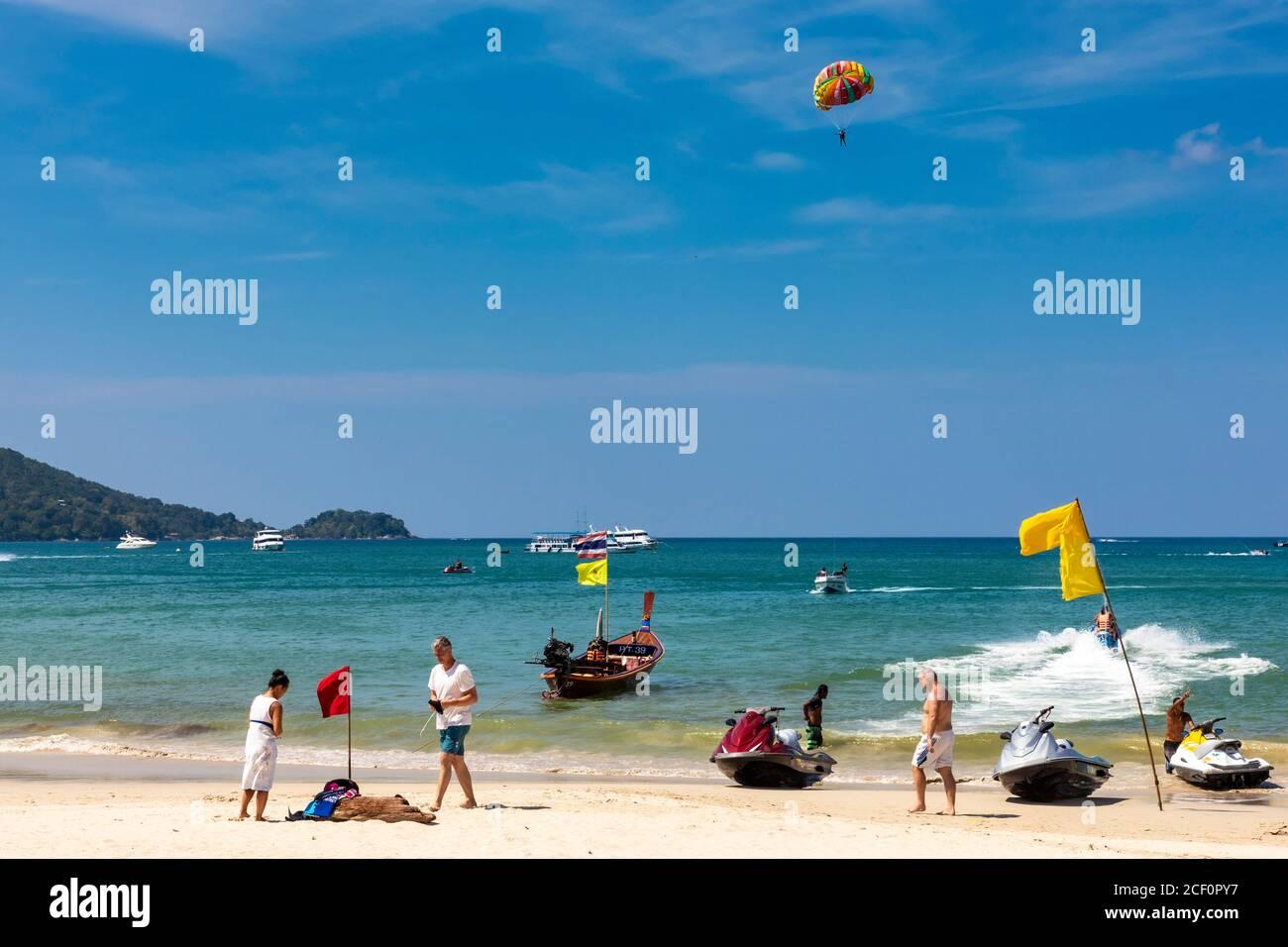 Parasailing über dem Meer, Patong Beach, Phuket, Thailand Stockfoto