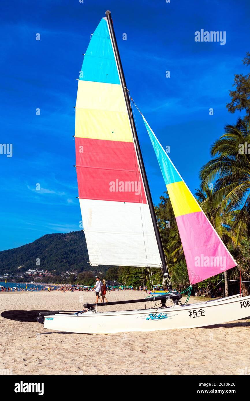 Segelboot zu mieten auf Patong Beach, Phuket, Thailand Stockfoto