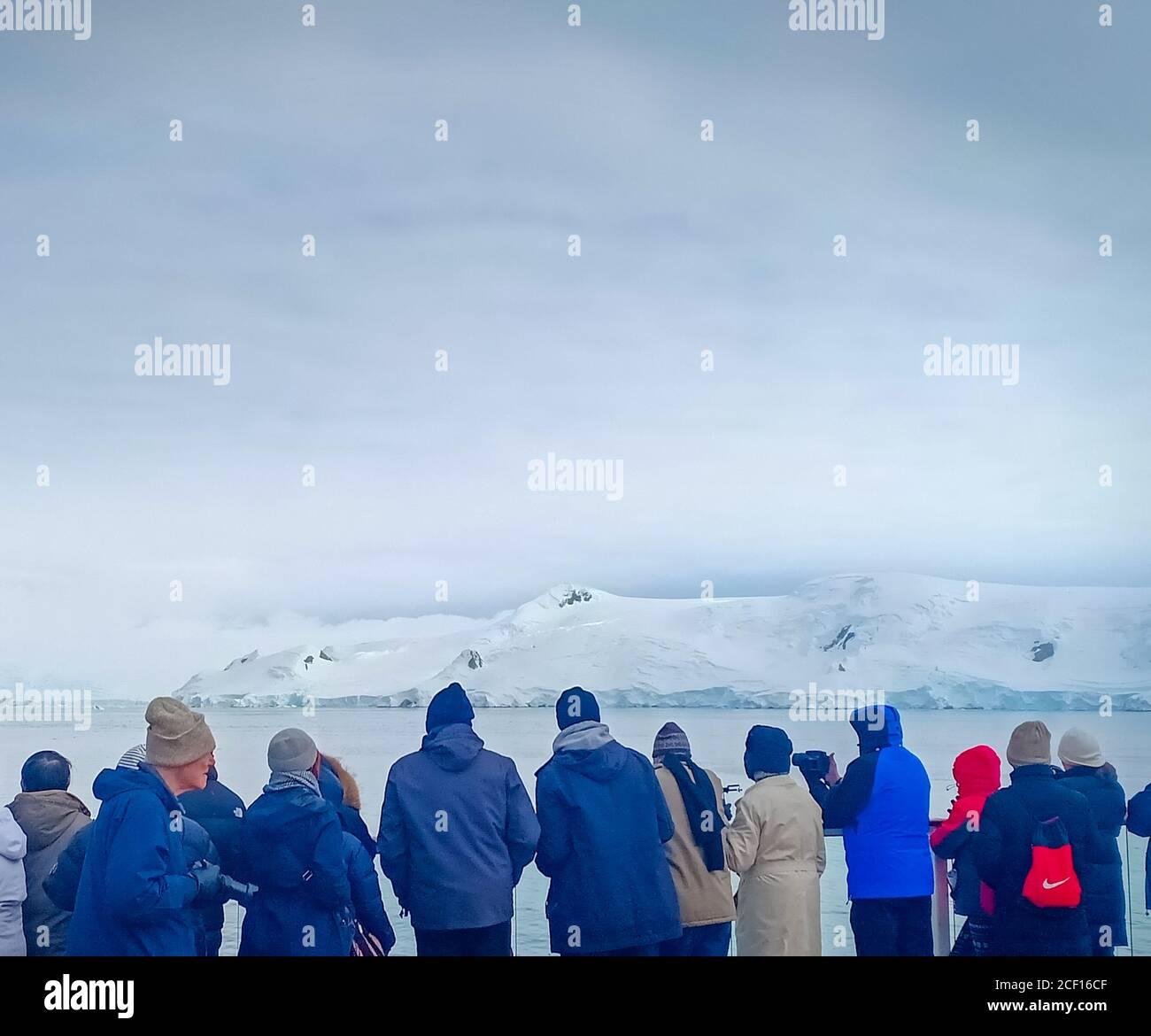 Eine Gruppe von Menschen beobachten Gletscher in der Antarktis Stockfoto