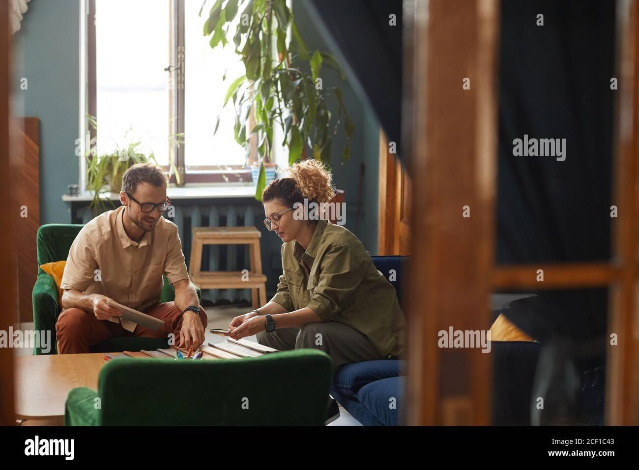 Zwei Geschäftspartner sitzen auf dem Sofa und arbeiten im Tisch im Team im modernen Büro Stockfoto