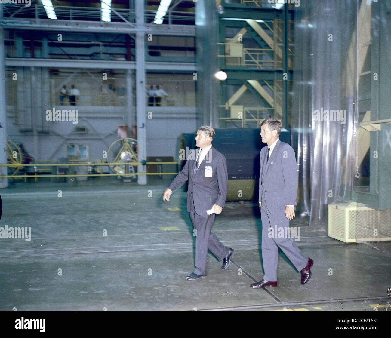 Präsident John F. Kennedy besuchte das Marshall Space Flight Center am 11. September 1962. Hier besuchen Präsident Kennedy und Dr. Wernher von Braun, MSFC-Direktor, eines der Labors. Stockfoto
