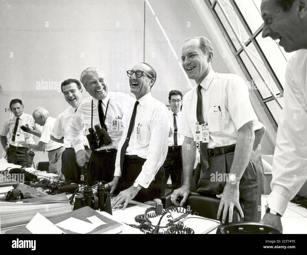 Apollo 11-Missionsbeamte entspannen sich nach dem erfolgreichen Apollo 11-Rettungseinsatz am 16. Juli 1969 im Launch Control Center. Von links nach rechts: Charles W. Mathews, stellvertretender Associate Administrator für bemannte Raumfahrt; Dr. Wernher von Braun, Direktor des Marshall Space Flight Center; George Mueller, Associate Administrator für das Büro für bemannte Raumfahrt; LT. Gen. Samuel C. Phillips, Direktor des Apollo Programms Stockfoto
