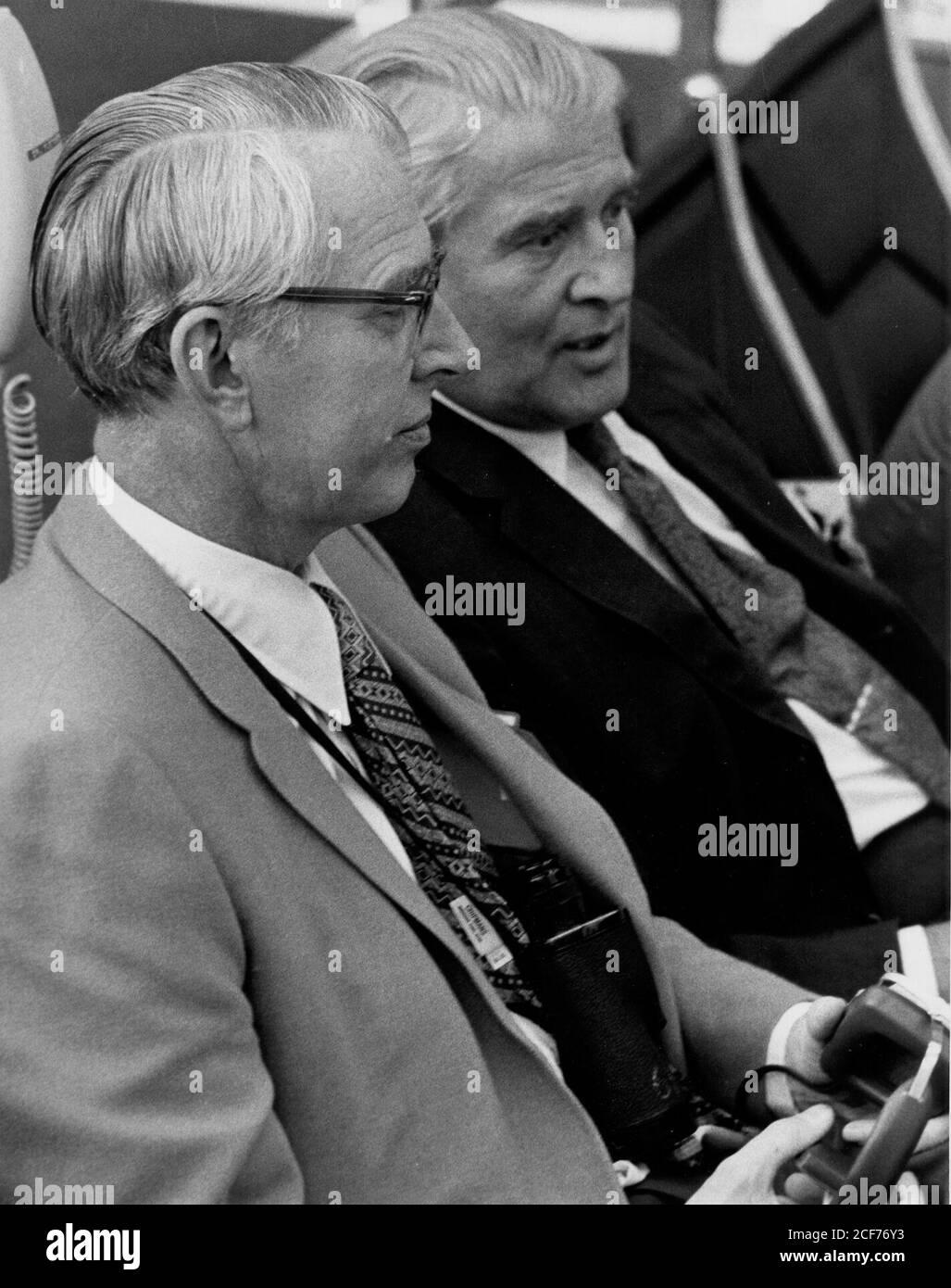 Kürzlich ernannte NASA-Administrator Dr. James C. Fletcher, links, und Dr. Wernher von Braun, stellvertretender Associate Administrator für Planung, überwachen Apollo 15 Vorrelaunch-Aktivitäten in Feuerraum 1 des Launch Control Center und des Kennedy Space Center, Florida. Stockfoto