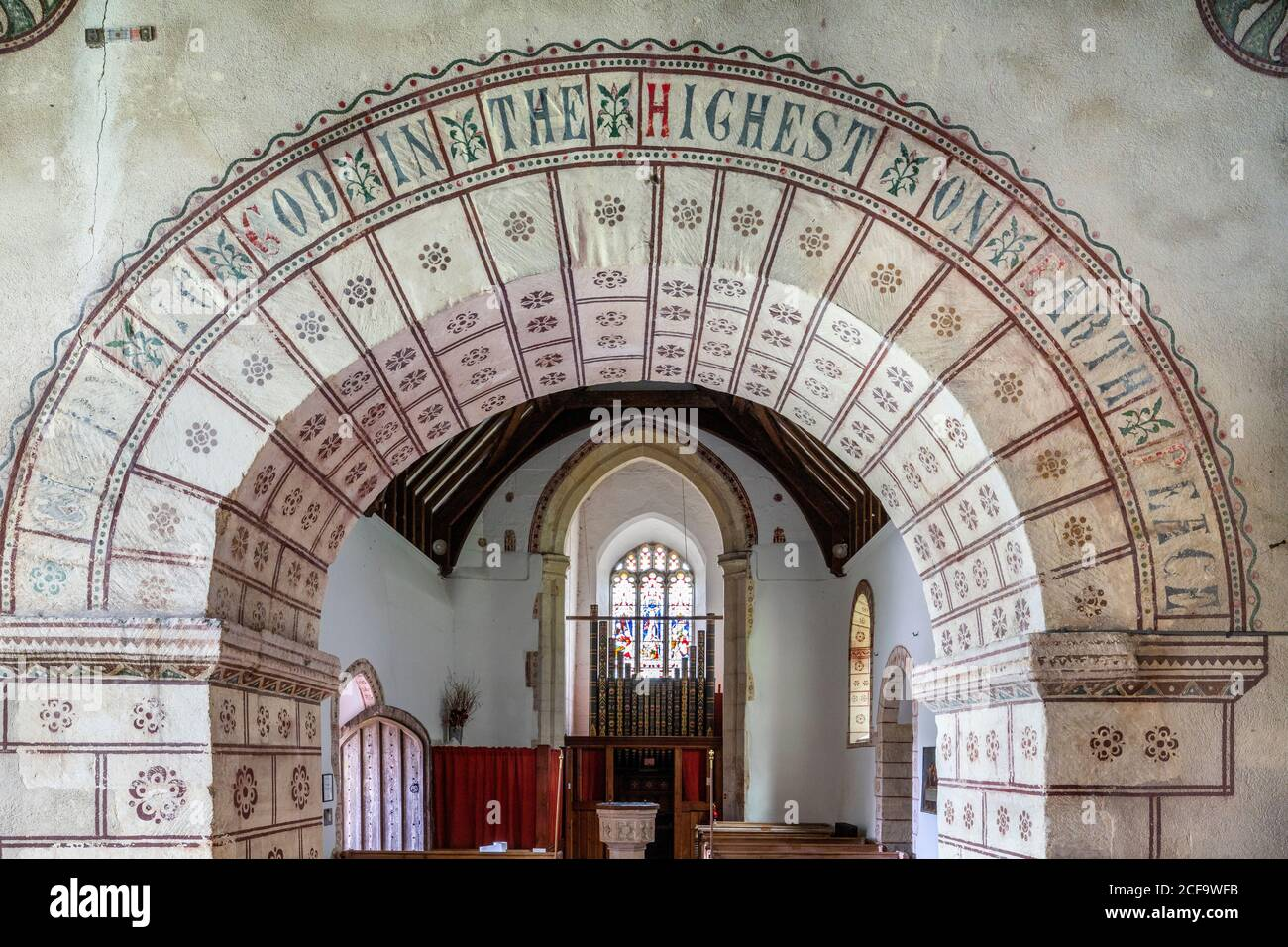 Die normannische Kirche St. George im Cotswold-Dorf Hampnet zeigt den Kanzelbogen aus dem 12. Jahrhundert, der vom Vikar in den 1870er Jahren geschmückt wurde. Stockfoto