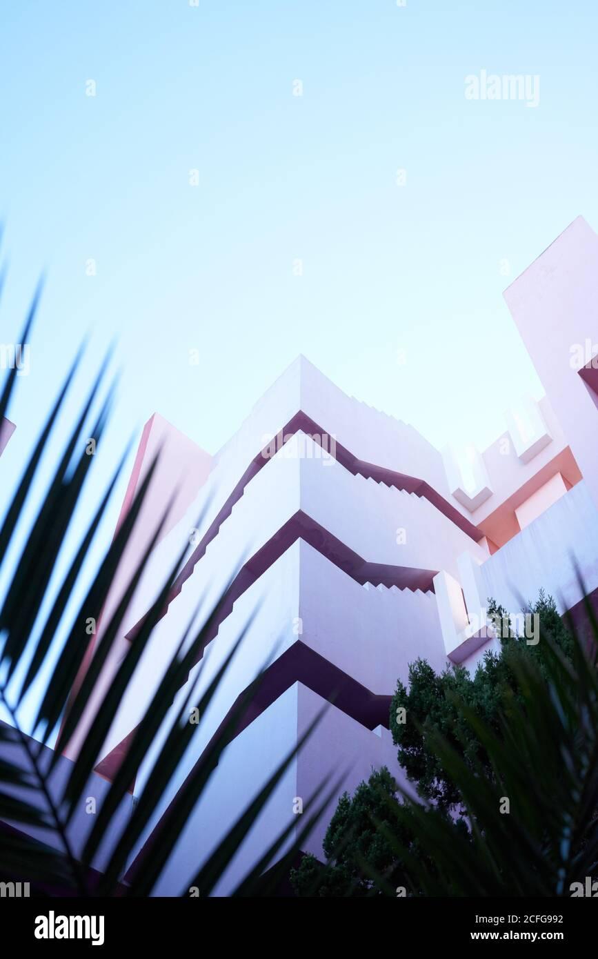 Traditionelle Konstruktion in kräftigem Pink mit Treppen Stockfoto