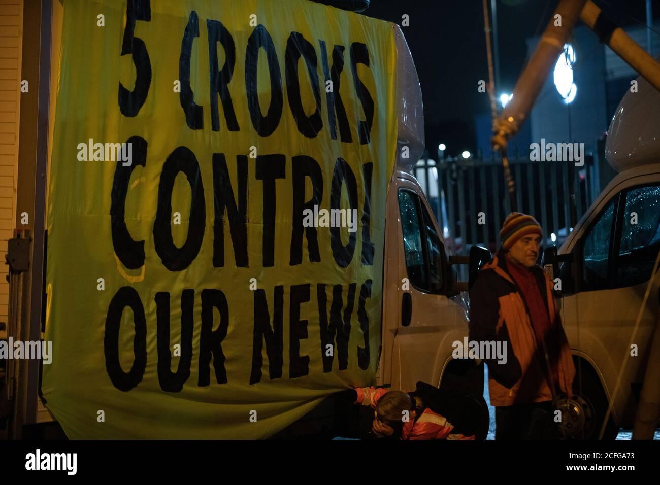 """Extinction Rebellion durchgeführt gewaltfreie direkte Aktion zur Blockade News International's Druckwerke zu protestieren Eigentum von Großbritannien durch Oligarchen und ihr Versagen, """"die Wahrheit zu sagen"""" angemessen berichten das Ausmaß der Klimakrise und ihre häufige Unterstützung für Klimaskepsis oder Denialismus. Times, Telegraph, Sun, Mail & Evening Standard waren meist nicht in der Lage, Druckausgaben zu verteilen. Kredit: Gareth Morris/Alamy Live Nachrichten Stockfoto"""