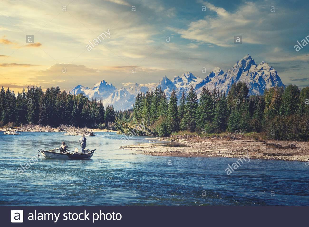Zwei Kerle Schwimmer angeln auf dem Snake River, wie es seinen Weg in die Grand Tetons in Wyoming. Stockfoto