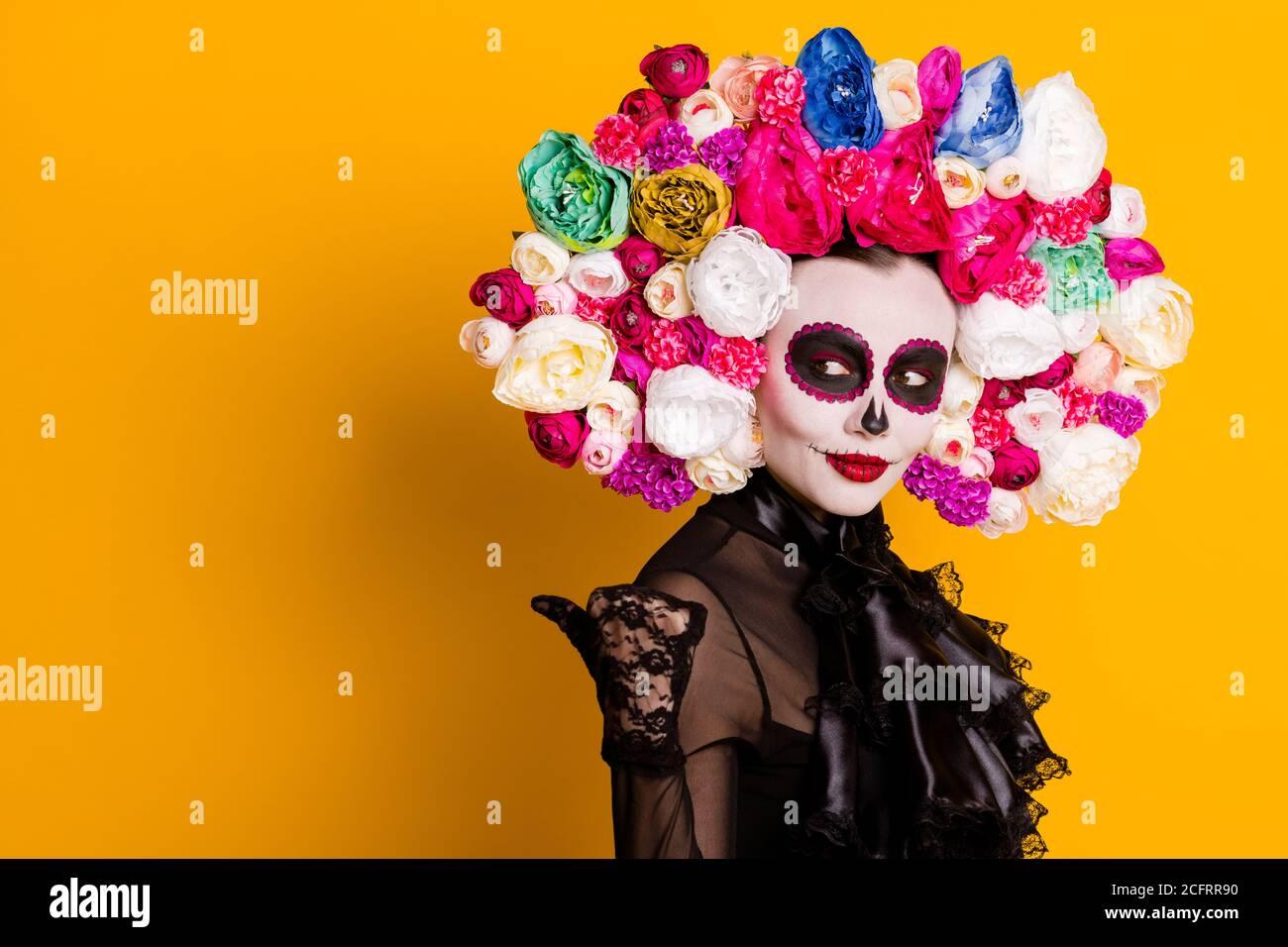 """Profilfoto von calavera katrina richtenden Daumen suchen leeren Raum Trickende naive junge Kerl tragen schwarzes Kleid Tod Karneval Kostüm Kopfband """"roses"""" Stockfoto"""