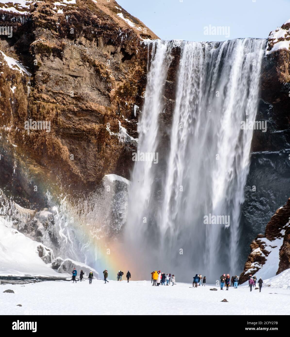 Skogafoss Wasserfall mit einem magischen Regenbogen, Island Stockfoto