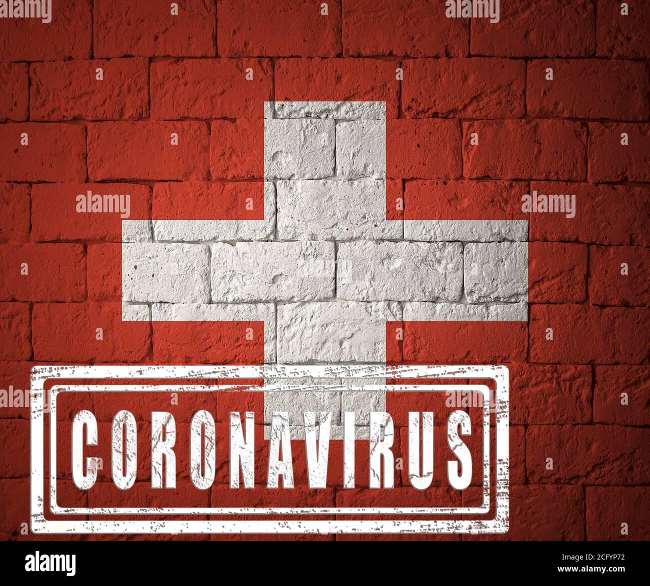 Flagge der Schweiz mit Originalproportionen. Gestempelt von Coronavirus. Backsteinwand Textur. Corona Virus Konzept. Am Rande einer COVID-19 oder 201 Stockfoto